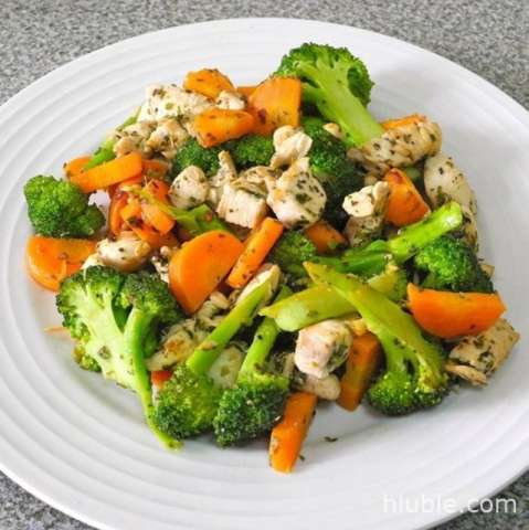 Diet chicken with green vegetables