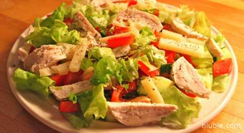 Chicken salad with bell pepper and cheese sauce